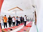 jokowi-jadi-imam-saat-sholat-jumat-di-masjid-babul-janah-amakaka-kabupaten-lembata.jpg