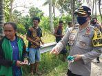 kapolres-ariasandy-sedang-membagikan-masker-kepada-warga-desa-tublopo-kecamatan-amanuban-barat.jpg