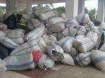 karung-karung-berisi-sampah-plastik-kresek-dikumpulkan-di-teras-kantor-bupati-mabar_20181006_162949.jpg