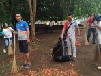 karyawan-bank-ntt-cabang-ende-bersihkan-taman-bung-karno.jpg