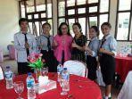 kepala-sekolah-smkn-1-wae-rii-yustin-romas-bersama-siswanya.jpg