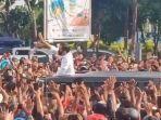 kerumunan-warga-saat-kunjungan-presiden-jokowi-ke-maumere.jpg
