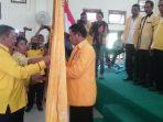 ketua-golkar-ntt-ibrahim-agustinus-medah-menyerahkan-bendera-partai-ke-dpd-ii-golkar-mabar_20170602_232619.jpg