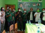 ketua-sekertaris-dan-pengurus-dpc-pkb-kabupaten-manggarai-timur-foto-bersama.jpg