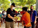 korban-banjir-wanokaka-menerima-bantuan-sembako-dari-yayasan-sumba-foundation.jpg