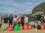 mahasiswa-asal-puor-lembata-peduli-sampah-di-pantai-pasir-panjang.jpg