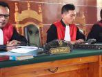 majelis-hakim-menyidangkan-kasus-kematian-pati-leu-pada-sidang-di-pn-lembata_20181009_185249.jpg