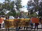 massa-aksi-mahasiswa-manggarai-raya-saat-menggelar-demonstrasi.jpg