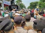 massa-simpatisan-rizieq-shihab-terlibat-aksi-saling-dorong-dengan-polisi.jpg