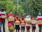membagikan-perlengkapan-sekolah-di-desa-baboti.jpg