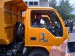 mengendarai-truck-sampah_20160311_172953.jpg