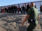 migran-amerika-tengah-menyerah-kepada-agen-patroli-perbatasan-amerika-serikat-jose.jpg
