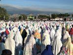 muslim-sedang-ikut-sholat-idul-adha-di-lap.jpg