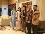open-house-lebaran-sri-mulyani-kompak-bersama-suami-kenakan-batik.jpg