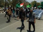 para-aktivis-himpunan-mahasiswa-islam-hmi-cabang-kupang-saat-longmarch-di-jalan-el-tari_20180927_161944.jpg