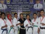 para-atlet-kempo-asal-manggarai-barat-yang-meraih-medali-pose-bersama-usai-bertanding_20180929_144825.jpg