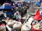 para-pedagang-pasar-di-antara-tumpukan-material-untuk-pengerjaan-pasar-inpres-larantuka_20180728_183457.jpg