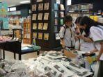 para-pelajar-belanja-di-toko-buku-gramedia-maumere.jpg