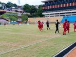 para-pemain-provinsi-nusa-tenggara-timur-saat-memasuki-stadion-mandala-jayapura.jpg