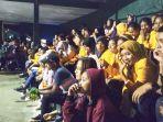 para-penonton-mengikuti-acara-pembukaan-turnamen-bola-voli-invitasi-fisip-undana.jpg