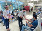 para-penumpang-bandara-el-tari-kupang-mendapatkan-masker-merah-putih.jpg