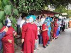 para-perawat-sedang-berbaris-menunggu-perawat-yang-meninggal-akibat-covid-19.jpg