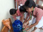 para-siswa-smk-stella-maris-antre-untuk-mencuci-tangan.jpg