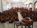 para-siswa-smp-katolik-andaluri-sedang-mendengarkan-materi-sosialisasi-gempa-dan-tsunami_20181006_174606.jpg