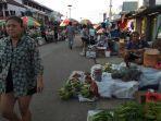 pasar-rakyat-batu-cermin-kabupaten-mabar-ramai-banyak-pengunjung-tak-kenakan-masker.jpg