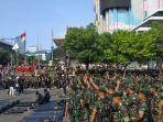 pasukan-kostrad-dan-paskhas-au-datang-demonstran-di-bawaslu-tepuk-tangan.jpg