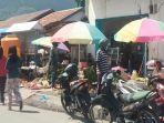 pedagang-di-pasar-wolowona-jualan-di-pinggir-jalan.jpg