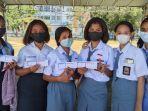 pelajar-sma-pose-bersama-usai-menerima-kartu-vaksin.jpg