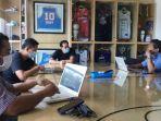 pelatih-persebaya-aji-santoso-bertemu-dengan-manajer-tim-p.jpg