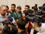 pelatih-timnas-indonesia-alfred-riedl-meladeni-sesi-wawancara-dengan-para-pewarta.jpg