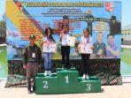 pemenang-kejuaraan-renang-komodo-open-2019-ketika-menerima-doorpriz.jpg