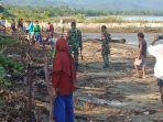 pemerintah-kecamatan-tni-dan-masyarakat-laut-tanam-mangrove-di-pantai-nanga-pede.jpg