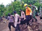 pencarian-korban-banjir-di-desa-nelelamadike.jpg