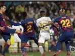 perebutan-bola-antara-vinicius-jr-dengan-para-pemain-barcelona.jpg