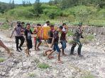 personel-satgas-yonarmed-3105-tarik-evakuasi-antonia-terseret-banjir-sungai-tolai.jpg