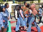 peserta-lomba-fashion-show-era-90an-di-halaman-kampus-politeknik-negeri-kupang-kamis-572019.jpg