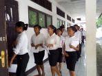peserta-ujian-skd-cpns-saat-masuk-ruangan-ujian-di-smkn-i-aesesa-di-nagekeo.jpg