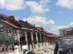 petugas-membongkar-atap-gedung-pasar-lama-dan.jpg