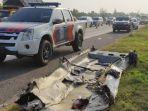 polisi-mengevakuasi-bangkai-kendaraan-pasca-kecelakaan-maut-di-km-184-tol.jpg