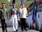 presiden-filipina-rodrigo-duterte-periksa-pasukan.jpg