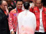 presiden-joko-widodo-kanan-didampingi-menpora-imam-nahrawi-kedua-kiri-memberi-ucapan-selamat_20180901_104500.jpg