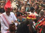 presiden-joko-widodo-saat-menunggangi-kuda-sandalwood-di-kabupaten-sumba-barat-daya_20180618_133804.jpg