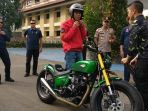 presiden-jokowi-bersiap-memulai-perjalanan-naik-motor-customnya_20181104_223611.jpg