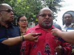 presiden-jokowi-dianggap-tidak-tegas-gubernur-papua-ancam-tarik-pulang-semua-mahasiswa-asal-papua.jpg