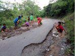 prihatin-dengan-kondisi-jalan-rusak-belasan-anak-dari-desa-langedawe-di-nagekeo-tambal-jalan.jpg