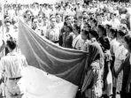 proklamsi-pengiubaran-bendara-tahun-1945.jpg